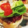 Rețeta unui sandviș ce-a împrietenit baconul cu salata și roșia