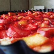 Rețeta unei întâlniri de gradul 3 între rubarbă și căpșuni, totul într-o tavă de tartă