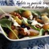 Salată caldă cu gnocchi, rucola și brânză cu mucegai