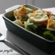 Salată cu de toate, dar în special ouă prăjite
