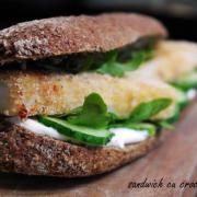 Sandwich proaspăt cu crochete de pește