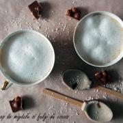 Latte cu sirop de migdale și fulgi de cocos