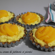 Mini-tarte cu cremă de patiserie și piersici