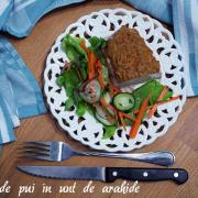 Pui în unt de arahide și-o porție de salată