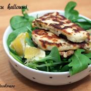 Salată cu spanac, rucola, valeriană și halloumi
