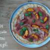 Pizza cu prosciutto și piersici trase la grill
