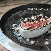 Brie coaptă cu smochine, caju și agrișe