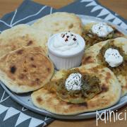 Două feluri de pâinici naan: Cu usturoi copt și ceapă caramelizată