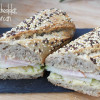 Sandviș cu cheddar, pară și șuncă de curcan