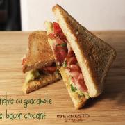 Sandviș cu guacamole și bacon crocant