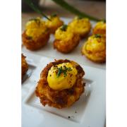 Ouă (prăjite și) umplute cu pudră de Sriracha și chives
