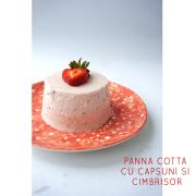 Panna cotta cu căpșuni și cimbrișor
