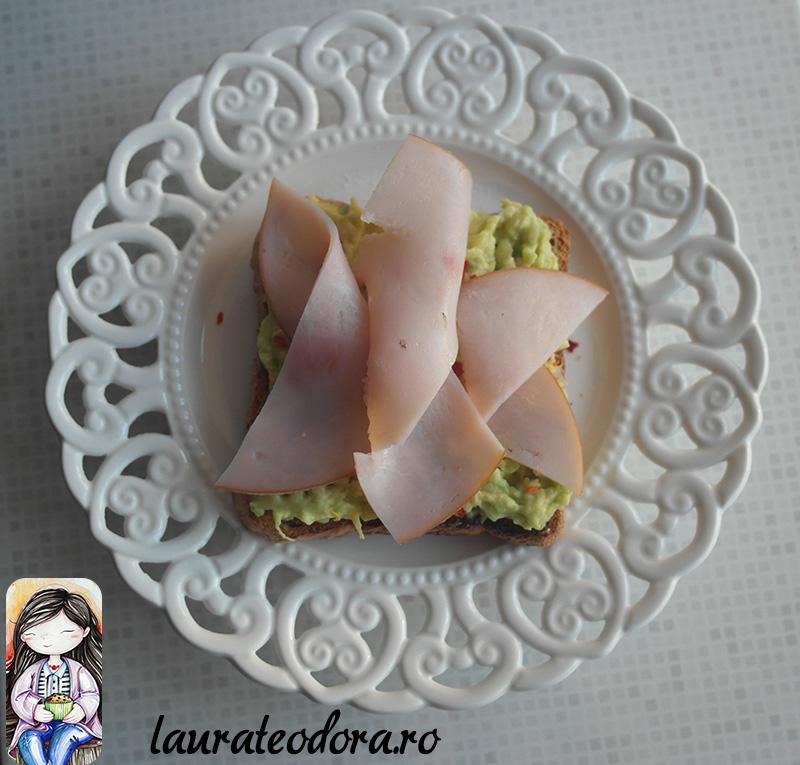 toast cu avocado si curcan